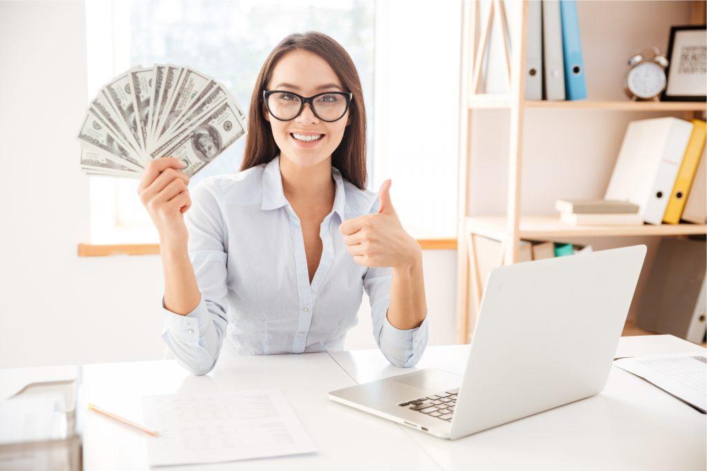mulher segurando dinheiro que vender para ganhar dinheiro (de verdade)
