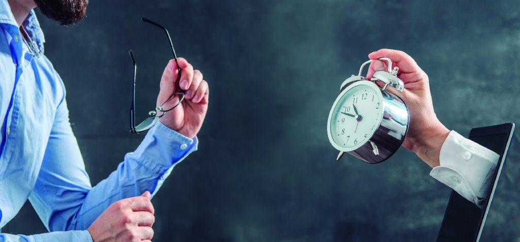 Pessoa vendo um relógio e organizando o tempo para aprender como ganhar uma renda extra