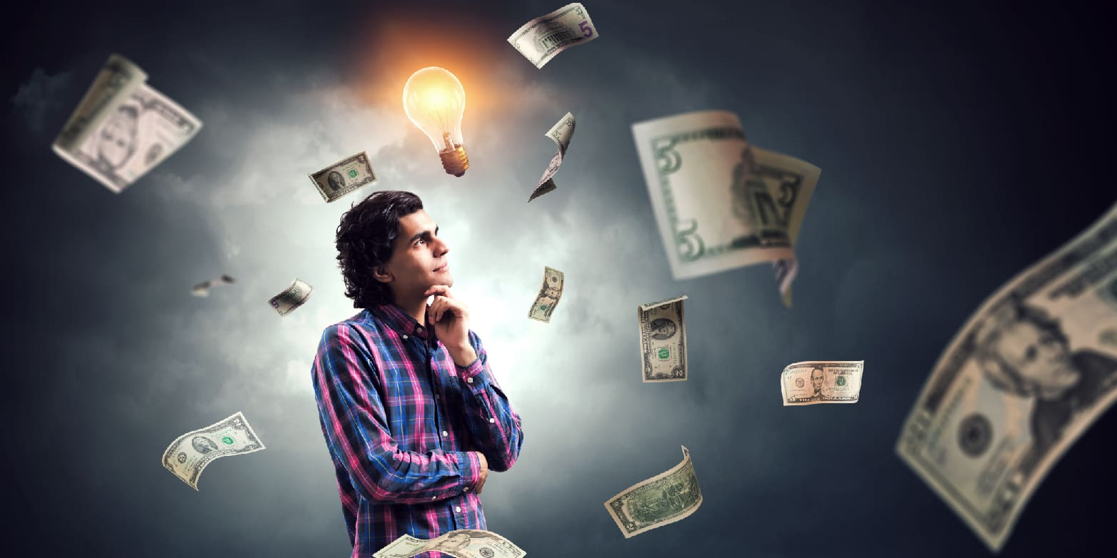 Homem pensando olhando para dinheiros flutuantes