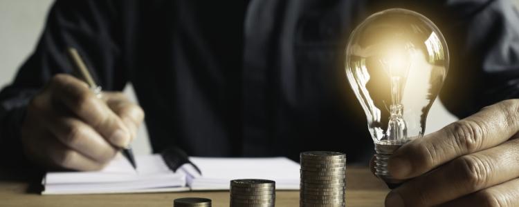 Um homem com uma lâmpada se perguntando Como fazer uma renda extra: Descubra agora uma forma segura e rápida