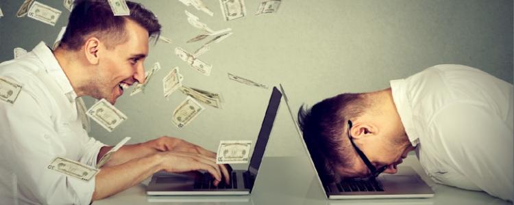 Dois homens na frente do computador - Um com dinheiro outro sem trabalhar em casa pela internet