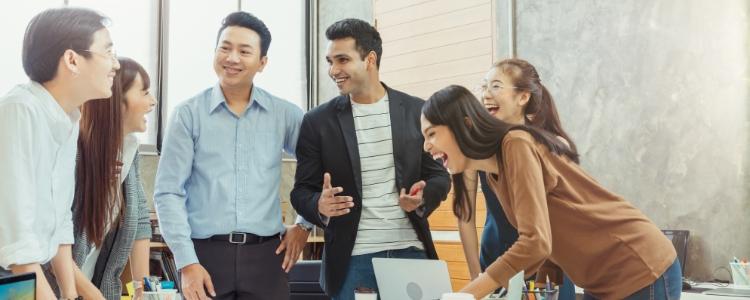 Pessoas unidas falando sobre Marketing de afiliados