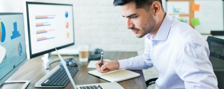 Homem pesquisando no computador o que é renda passiva