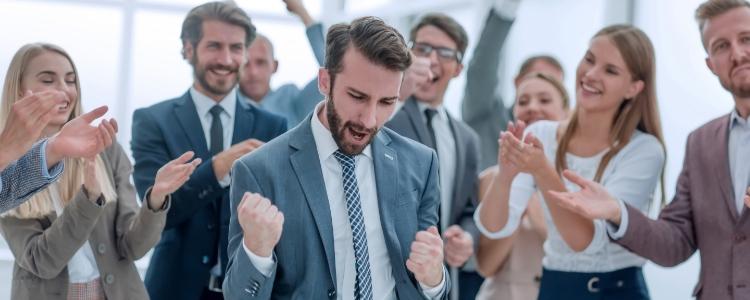 pessoas comemorando como ganhar dinheiro extra pela internet
