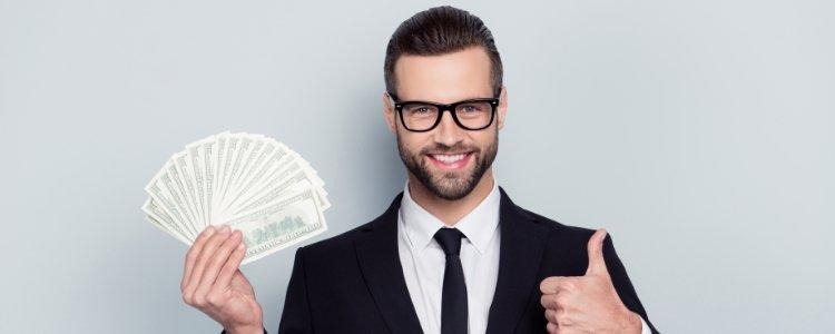 Homem segurando dinheiro para mostrar como ganhar dinheiro rapido