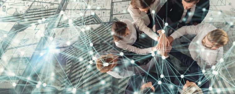 PESSOAS APERTANDO AS MÃOS o que é marketing de rede