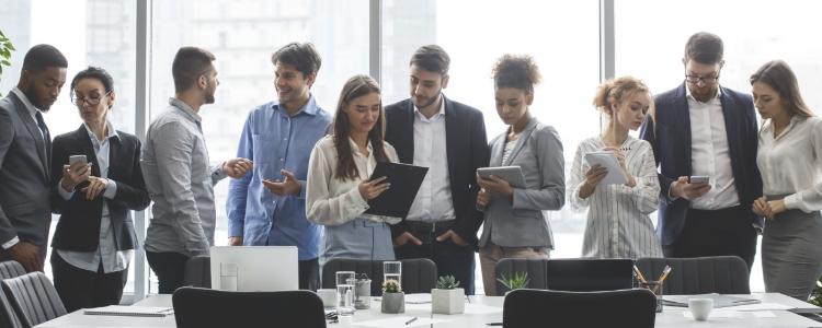 Várias pessoas reunidas de terno melhor empresa de marketing multinível do brasil